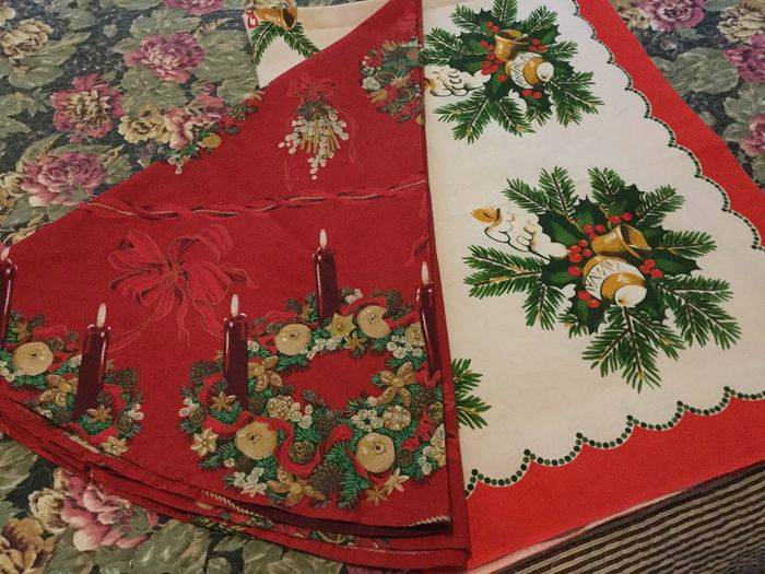 Two beautiful Christmas tablecloths, elongated and a round rug - Cotton