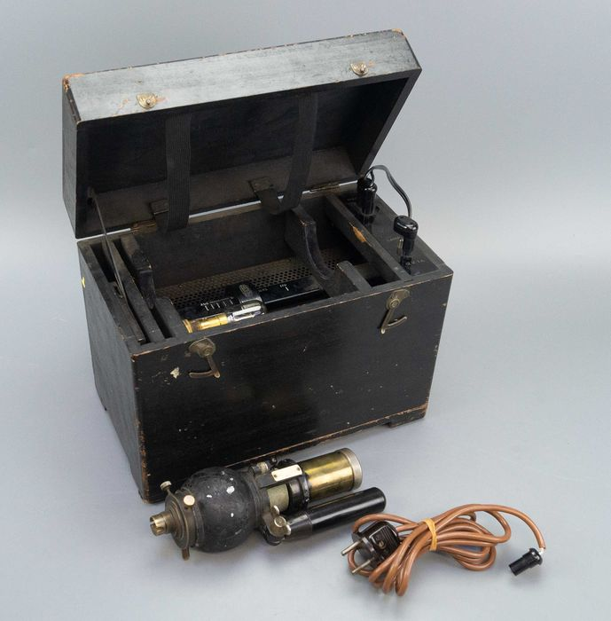Keeler London - A searchlight in a wooden box, - Wood, metal