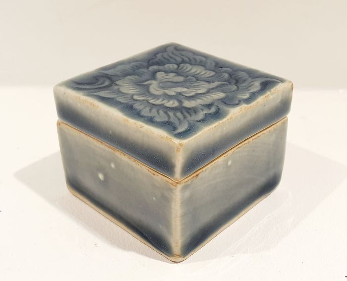 Kogo (incense case) - Celadon - Porcelain - Flowers - Celadon incense case decorated with a stylized peony - Japan - Early 20th century