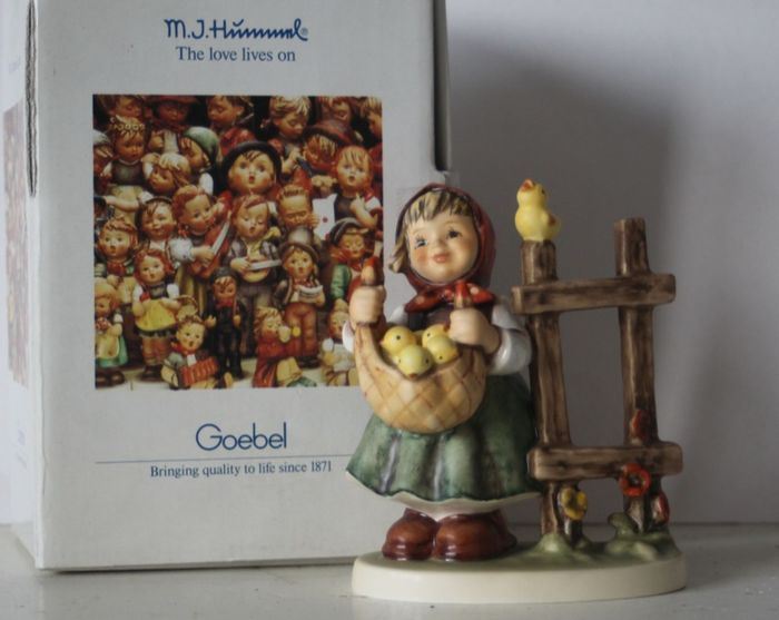 Goebel - Hummel 385 - Kükenliesl / Chicken-Licken in original box - Ceramic