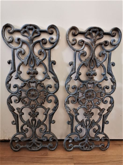 Two cast iron door grilles - Iron (cast/wrought)