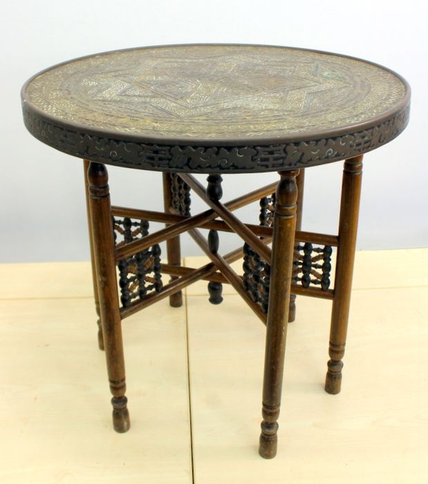 Oriental smoking table with wooden base, - Copper, Wood - India - Early 20th century