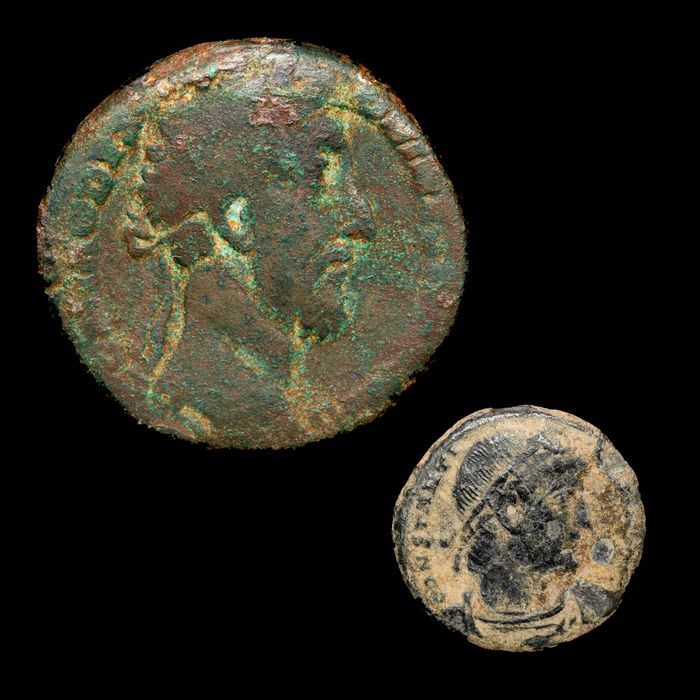 Empire romain - Lot comprising two coins follis and Sestertius - Commodus (177-192 A.D.) ROMAE AETERNAE and Constanine I (330-337) GLORIA EXERCITVS Constantinople. - Bronze