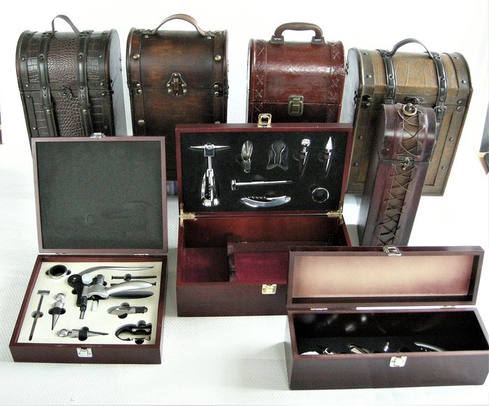 Mixed lot -  5 wooden wine cases and 3 wine accessories sets - 8 items