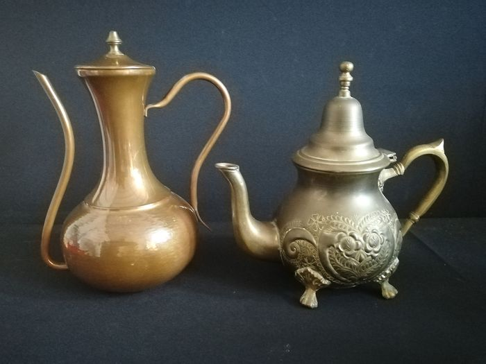 Beautiful teapot and coffee pot from the Middle East - Saudi Arabia - period mid 20th century (2) - Hammered red copper