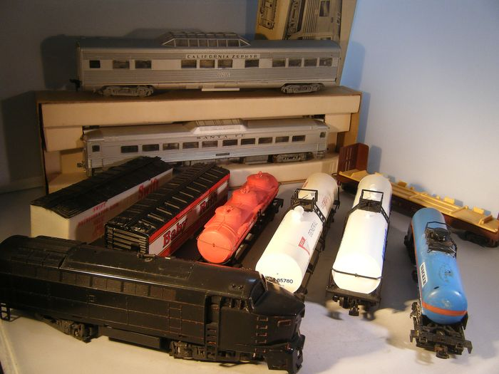 "Roco H0 - Diesel locomotive, Freight wagon set, Passenger carriage set - ""Sharknose"" & 8 different cars - Santa Fe, Athearn, a.o."