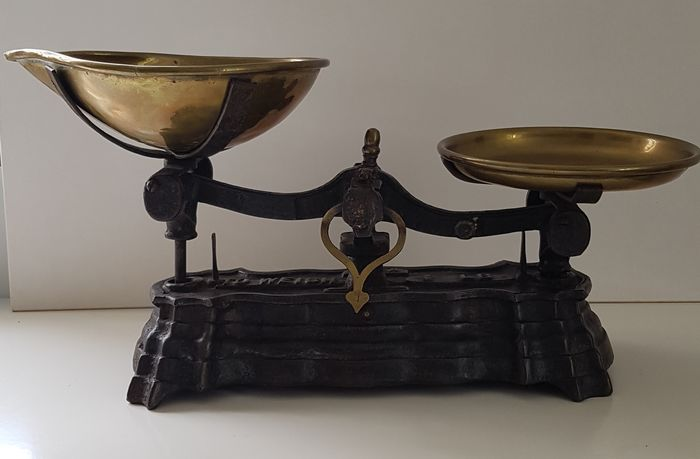 Balance or scale - Cast iron with copper bowls