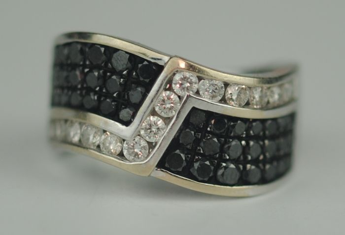Black & White Diamonds (2.50ct) - 14 kt. White gold - Ring