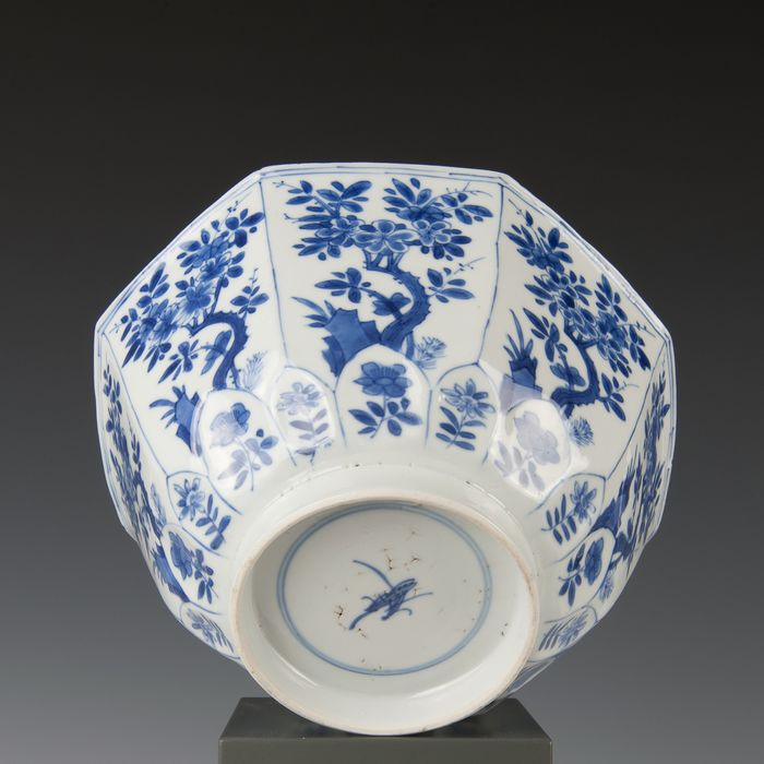 Octagonal bowl (1) - Blue and white - Porcelain - flowers growing from rock work inside panels - gemerkt: Lingzhi in dubbele ring - China - Kangxi (1662-1722)