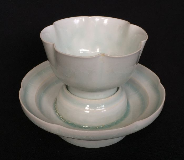 Beker, Schotel - Porselein - Shadow blue celadon cup and dish with petal edges - China - Eind 20e eeuw