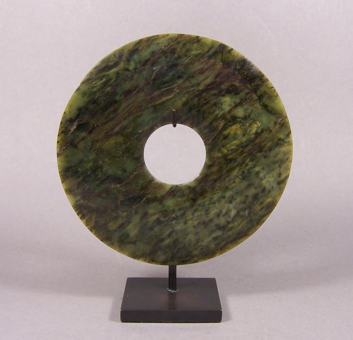Carving - Nephrite jade - A high-quality spinach green nephrite 'bi' disk, ca 1950 - China - mid 20th century