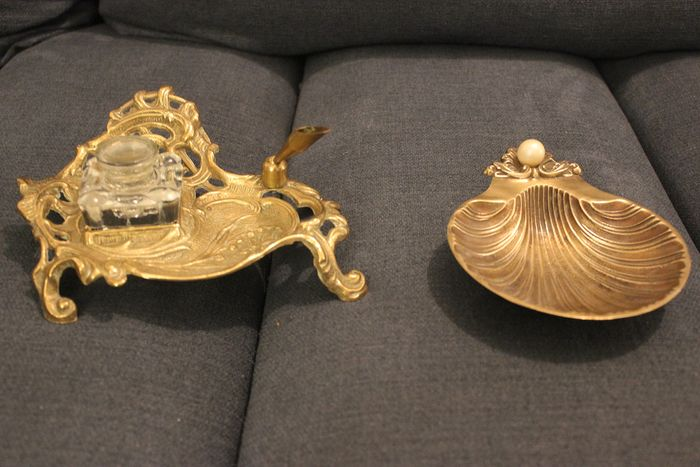 ... - Brass inkwell with penholder and shell in bronze with pearl