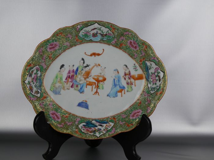 Plate - Canton - Porcelain - Very fine Large Mandarin oval plate - China - Early 19th century