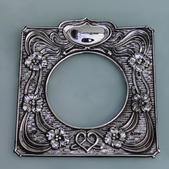Harry Synyer & Charles Joseph Beddoes - Synyer & Beddoes. - Art Nouveau front part silver floral frame