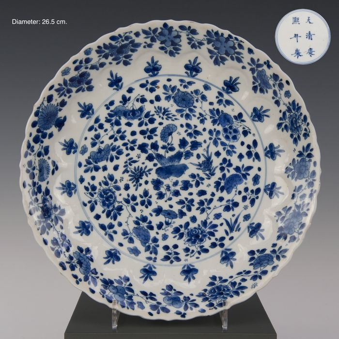 Large plate (1) - Blue and white - Porcelain - Stylized flower decor within a medallion, the border with flowers in lotus-shaped panels. - gemerkt: Kangxi in dubbele ring - China - Kangxi (1662-1722)