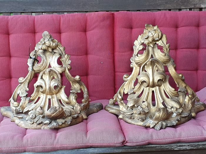 Two carved wooden shelves, gilded, with representation of leaves