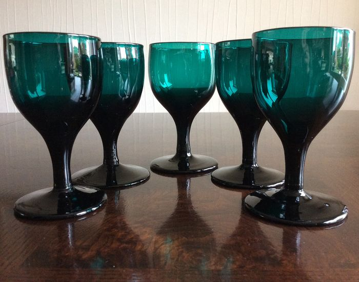 Antique Dutch mouth-blown emerald green wine glasses (5) - Crystal