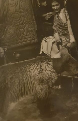 Willy Ronis (1910-2009) (Roness au moment de ce tirage ancien ) - Dresseuse d'ours, 1930's