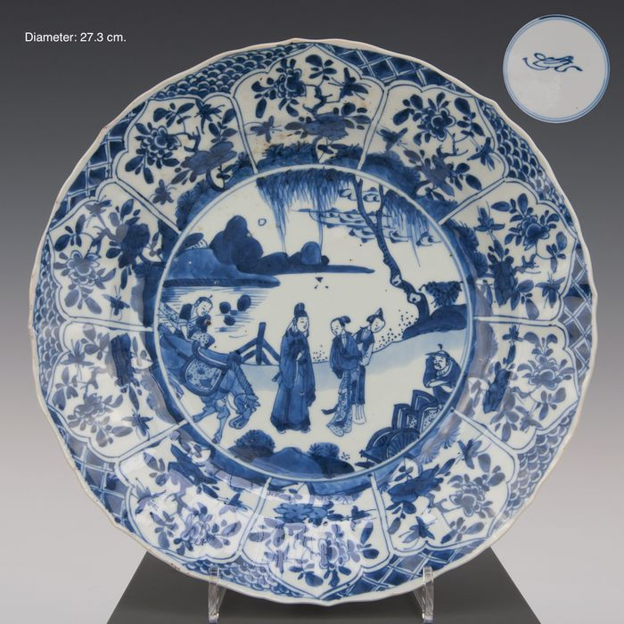 Large plate (1) - Blue and white - Porcelain - Figures with a horse in a mountain landscape with river. - gemerkt: Lozhenge in dubbele ring - China - Kangxi (1662-1722)