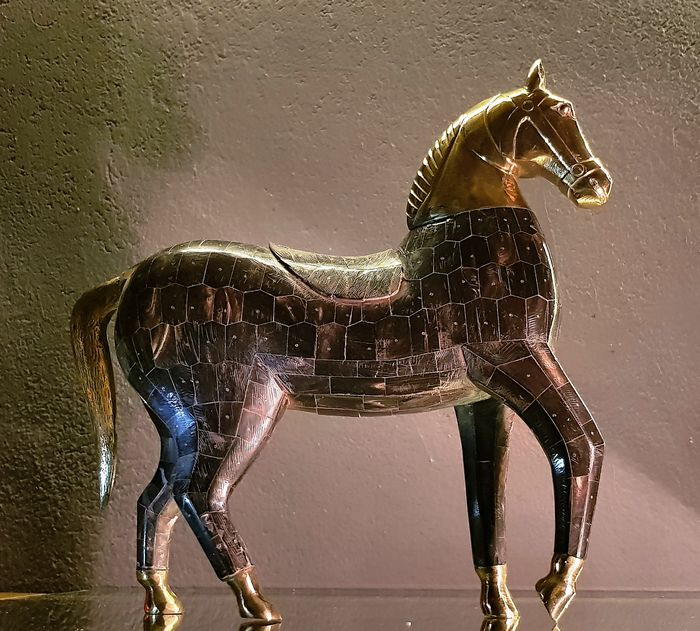 Carved wooden horse, covered in bone and with bronze details (1) - Hand carved wood, bone cover and limbs in bronze