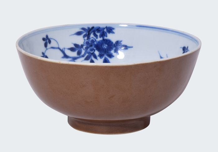 Blue and white/Batavia brown bowl decorated with flowers - Porcelain - China - Kangxi (1662-1722)