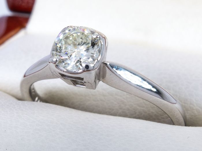 14 kt. Gold - Diamond ring with 0.56ct. solitair Si1 center.