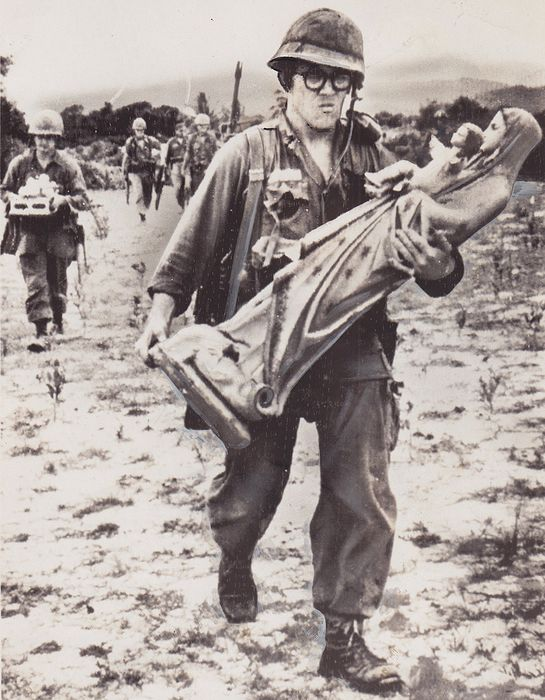 Unknown/ AP - Vietnam War - Soldier carrying statue of the Virgin Mary - 1965