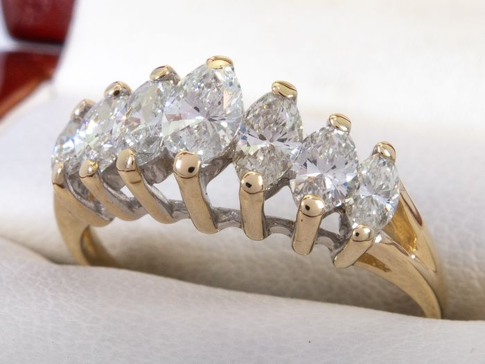 14 kt. Gold - 1.02 carats - Diamond row ring with 7 large stones