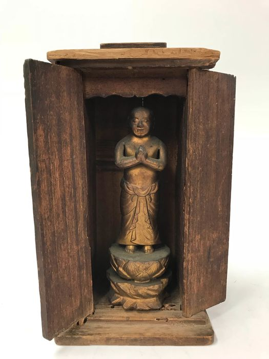 Zushi - Copper and gold-plated and wooden boxes - Lovely copper Shaka (Sakyamuni) buddha at birth - Japan - ca. 1930s (Early Showa)