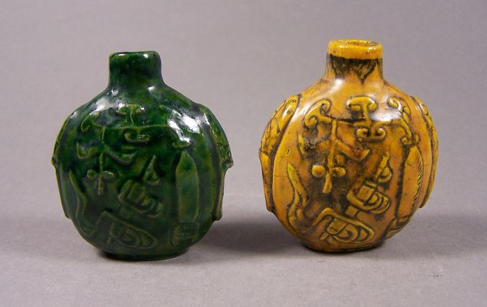 Snuff bottles (2) - Monochrome - Earthenware - Flowers - A pair of relief decorated monochrome enameled snuffbottles - China - 19th century