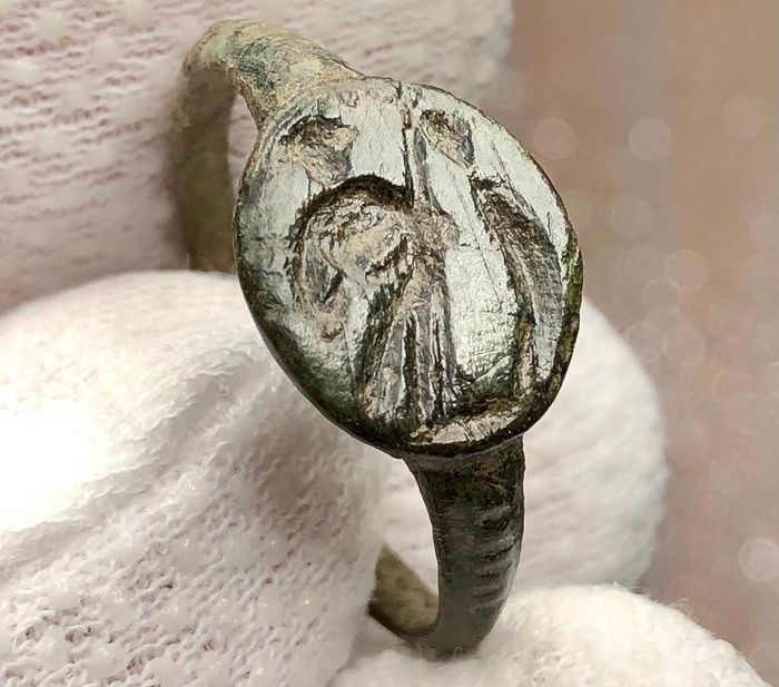 Ancient Roman Bronze Seal Ring engraved with an image of a Male- Togatus (probably a Senator) Holding Transverse Sceptre.