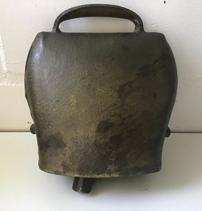 Large antique cowbell - Iron (cast/forged)