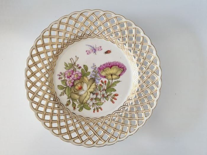 Cross-linked porcelain plate decorated with bouquets of flowers - Porcelain