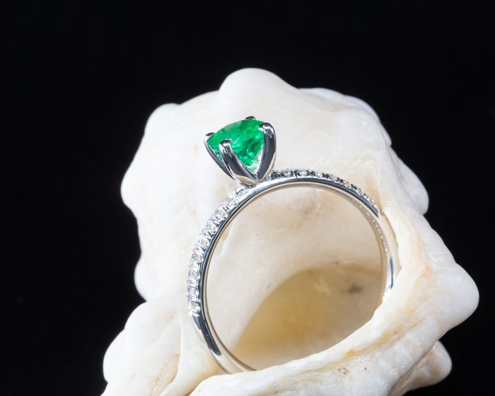 14 kt. White gold - Ring - 0.60 ct Emerald - 0.12 ct Diamonds - No Reserve Price