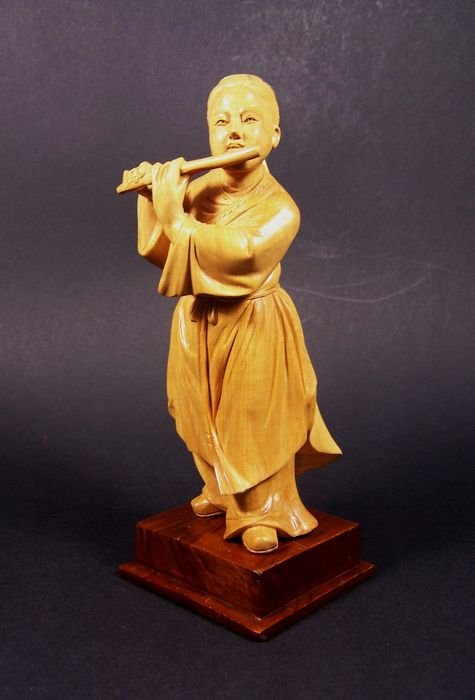 Sculpture - Palmwood - Flute player - A palm wood ('huang-yang mu') sculpture of a flute playing boy, ca 1960 - China - Second half 20th century