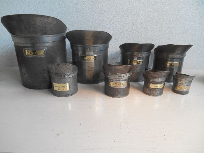 Extensive set of Dutch measuring cups - calibrated, for example. 1898 - iron and brass - Late 19th century