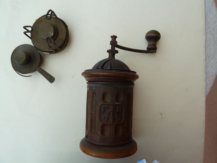 Coffee grinder and burners - Brass, Iron (cast/wrought), Wood