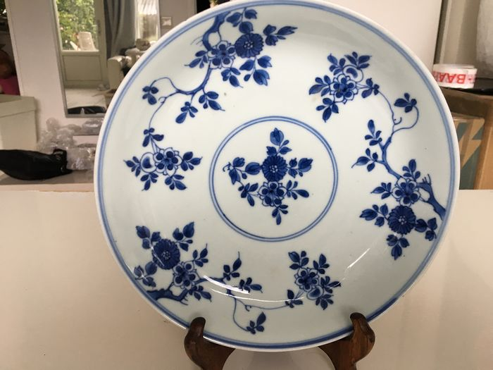 A beautiful porcelain Chinese blue and white dish, decorated with flowers. The outside is (1) - Porcelain - China - 17th century
