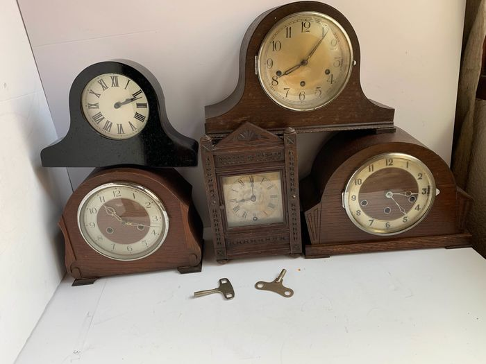 collection of five art deco  mantel clock inculde smith  (5) - Wood