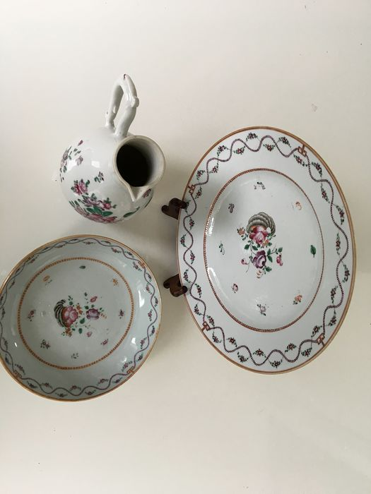 A beautiful Chinese porcelain famille rose export jug and two plates with floral decor (3) - Porcelain - China - 18th century