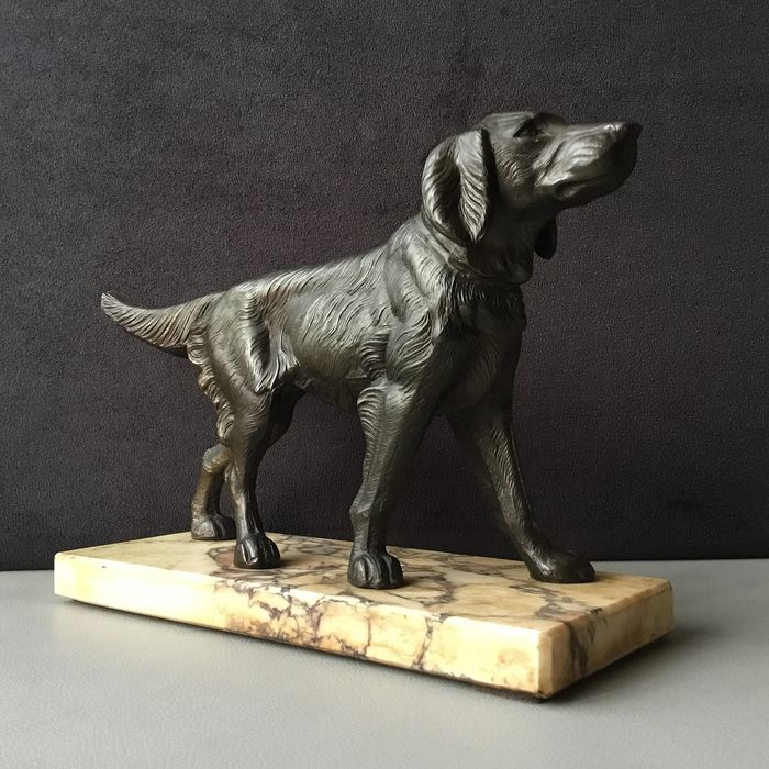 Animalier Sculpture - hunting dog on a marble base