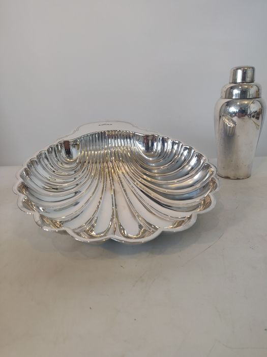 Dish and cocktail shaker - Silver plated - United Kingdom - Second half 20th century