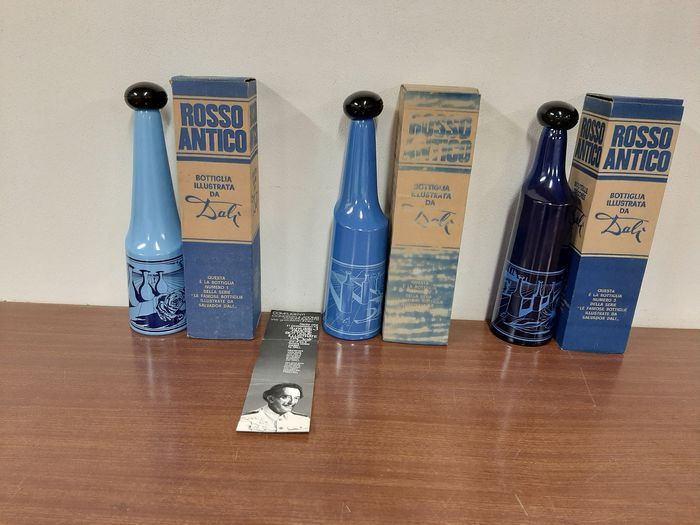 Rosso antico ( Buton ) - Complete set 3 bottles signed Salvador Dalì - Screen-printed glass