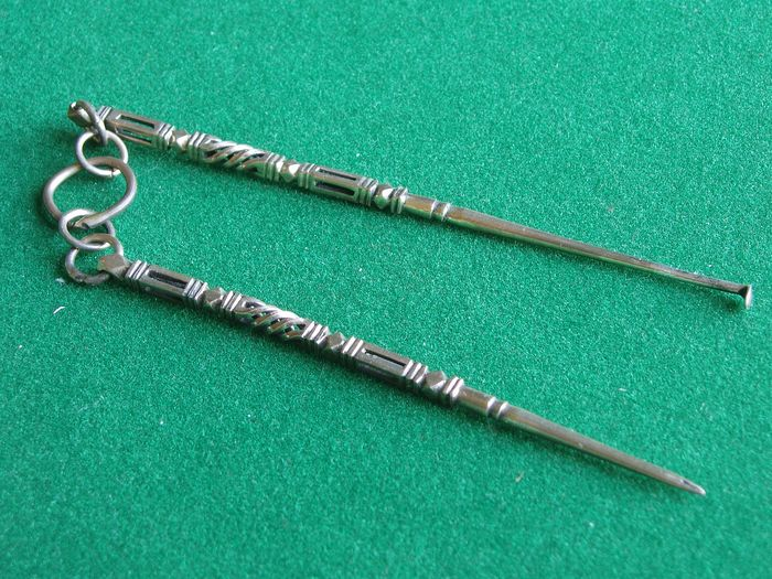 Set of antique silver needle and ear spoon (1) - Silver
