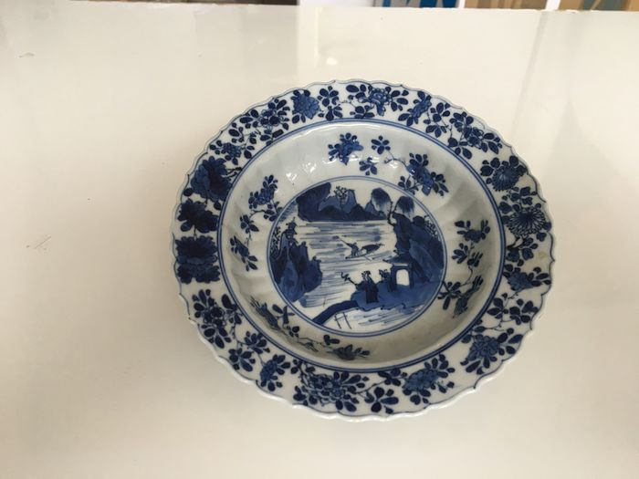 A very rare Chinese porcelain porridge plate, decorated with landscape (1) - Porcelain - China - Kangxi (1662-1722)