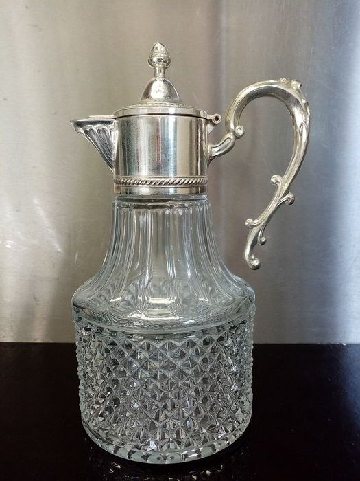 Metalstil - A cut glass carafe / jug with silver-plated frame top - Silverplate