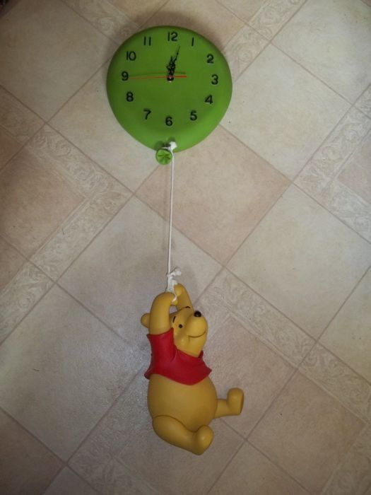Disney- Winnie the Pooh hanging on Balloon Clock statue - Lengte 80 cm (31,4 inches)
