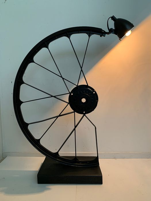 Dutch bicycle wheel vintage design lamp on wooden console - Aluminium, Wood, adjustable