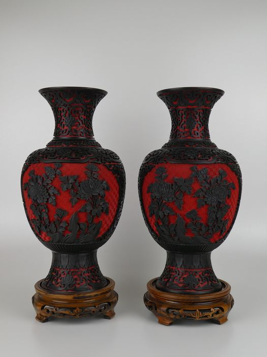 Vases - Laque cinabre - Large pair of cinnabar black/red baluster vases with wooden bases - Chine - Seconde moitié du XXe siècle