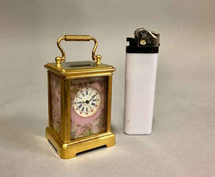Miniature carriage clock with rose porcelain - Brass - 21st century